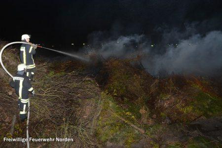 Ablöschen eines Osterfeuers, 05.04.2015