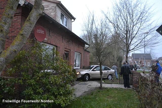 PKW fährt in Wohnhaus, 30.03.2014